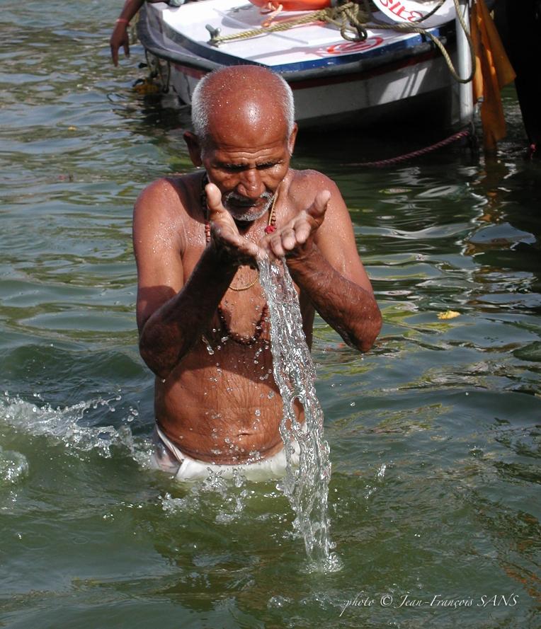 pèlerin mains et eau